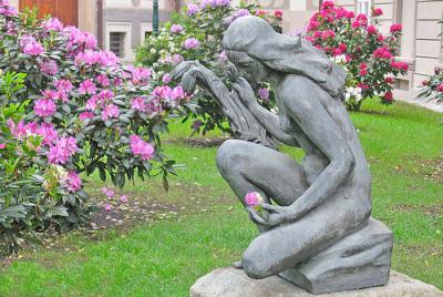 20091015220506-estatua-praga-mujer.jpg
