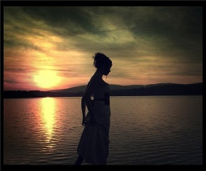20120528223355-mujer-silueta-contraluz-sol-lago.jpg